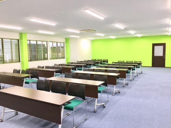 100人規模の収容が可能な会議室