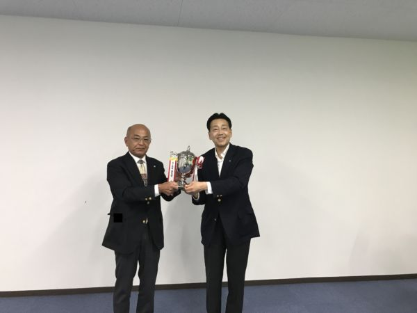 村田会長からトロフィーを授与されました。